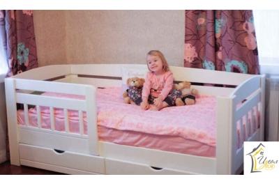 Кровать детская от 3 лет Малыш-2с ящиками и бортиком (массив сосны).