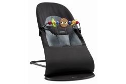 Шезлонг BabyBjorn BALANCE SOFT  цвет Cotton Black/Dark Gray 6050.01 с деревянной игрушкой.